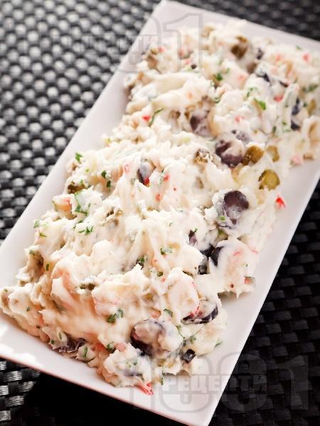 Салата от варени картофи, кисели карставички, рулца от раци, маслини и майонеза - снимка на рецептата